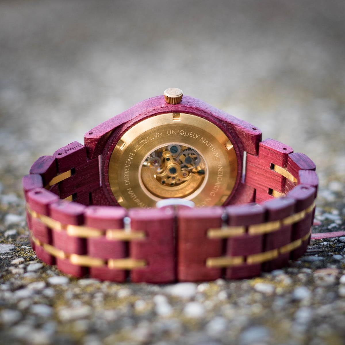 Hinterseite der Holzkern Holzuhr Alice mit Automatik-Uhrwerk auf felsigem Untergrund