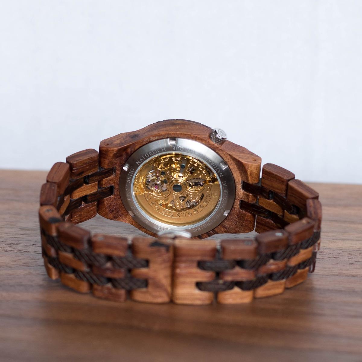 Hinteransicht auf das mechanische Uhrwerk der Holzuhr Aurel von Holzkern