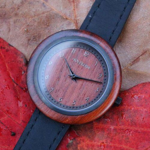 Das Modell Cape von Holzkern verbindet ein Ziffernblatt aus Padouk mit einem schwarzen Echtlederarmband in einer Damen Holzuhr