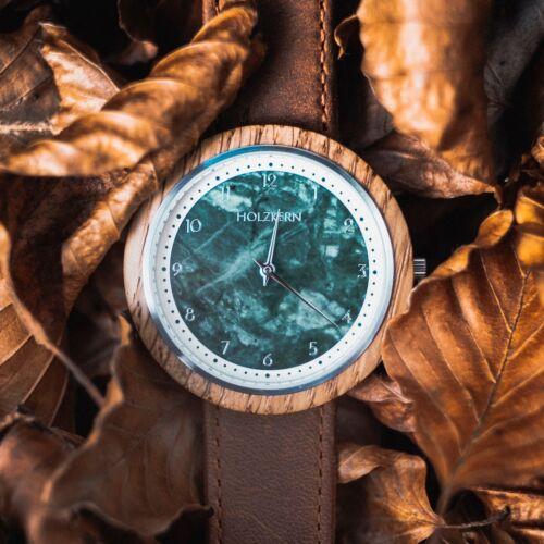 Die Holzuhr Vertigo mit einer Lünette aus Eiche und einem Ziffernblatt aus echtem grünen Marmor gehört zu den Holzkern Herren Modellen
