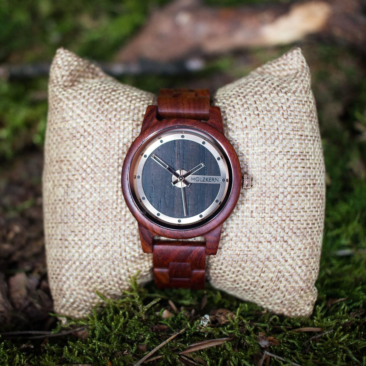 Holzkern Holzuhr Fuji für Damen am Uhrenpolster im Wald
