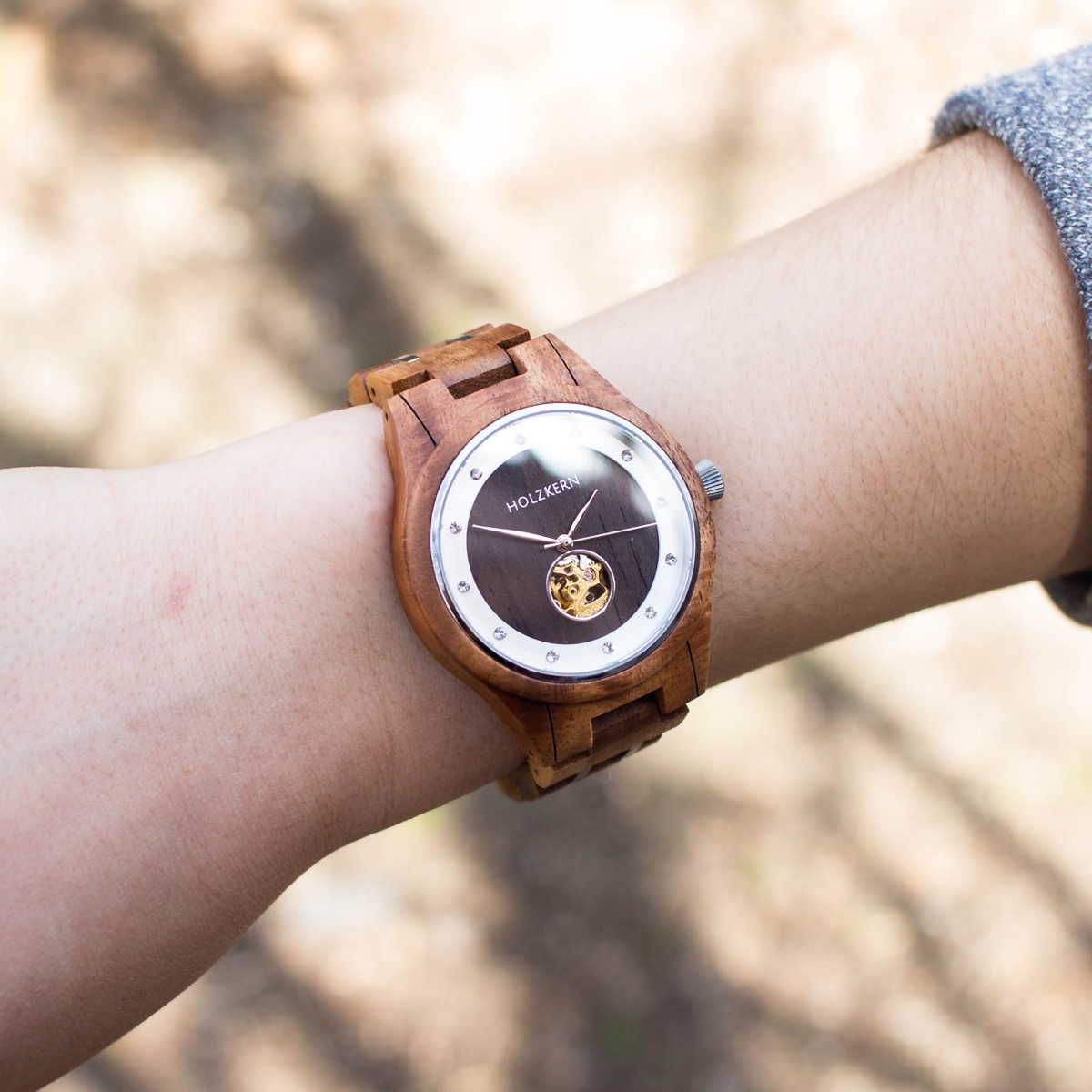 Holzuhr mit mechanischem Uhrwerk der Firma Holzkern aus Walnuss und Leadwood auf Damenhandgelenk