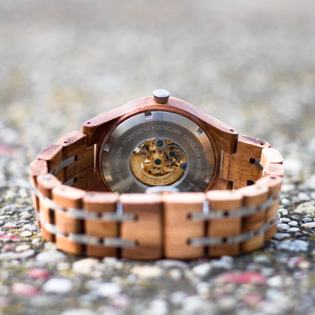 Unterseitenansicht der Holzkern Damen-Holzuhr Gretel aus Walnuss und Leadwood mit sichtbarem mechanischem Uhrwerk