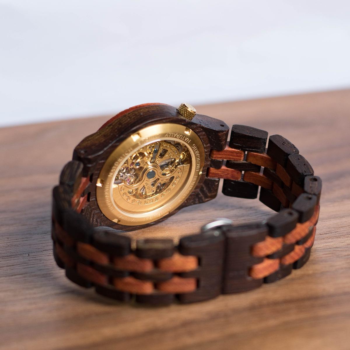 Rückseitenansicht der Holzuhr Heraklit mit beeindruckendem mechanischen Uhrwerk in Gold, eines von vier Modellen aus der Klassik Kollektion von Holzkern