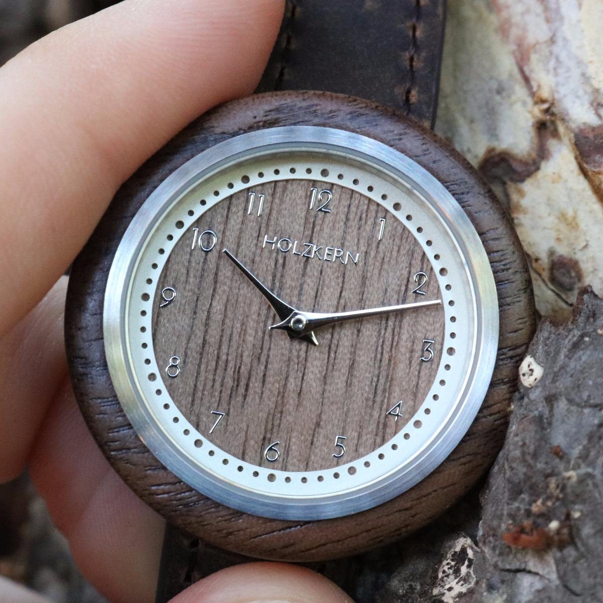 Nahansicht auf das Walnuss-Ziffernblatt der Holzuhr Pergola von Holzkern
