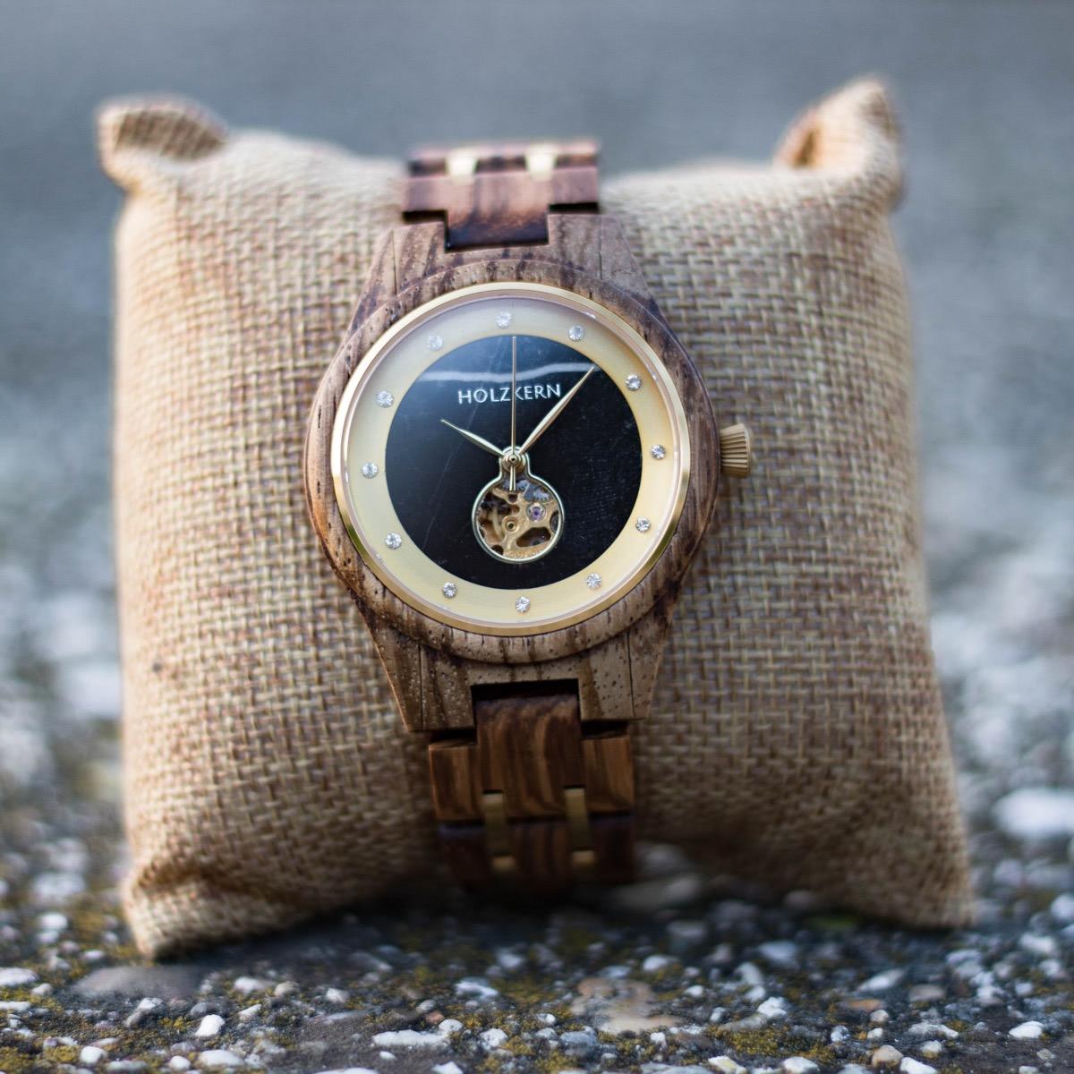 Holzkern Damen-Holzuhr Rapunzel aus Zebranoholz mit schwarzem Marmor-Ziffernblatt und Automatik-Uhrwerk auf einem Uhrenpolster
