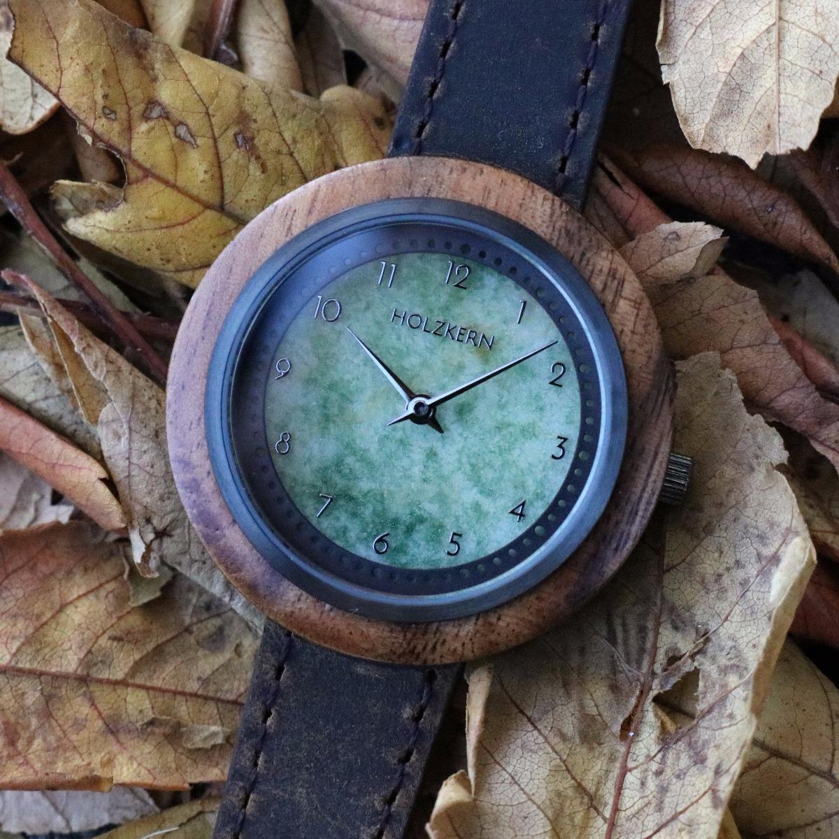 Die Holzkern Holzuhr Terrazza im Herbstlaub