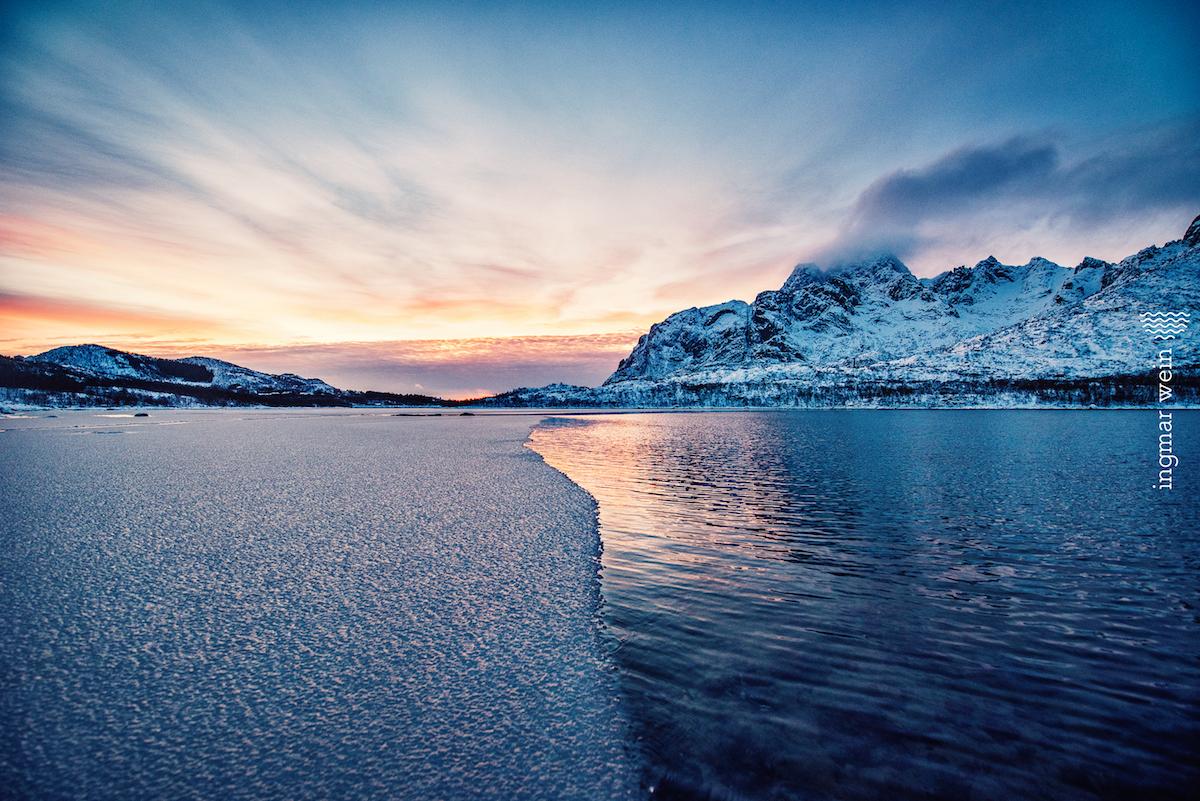 Glück im schneebedeckten Norwegen