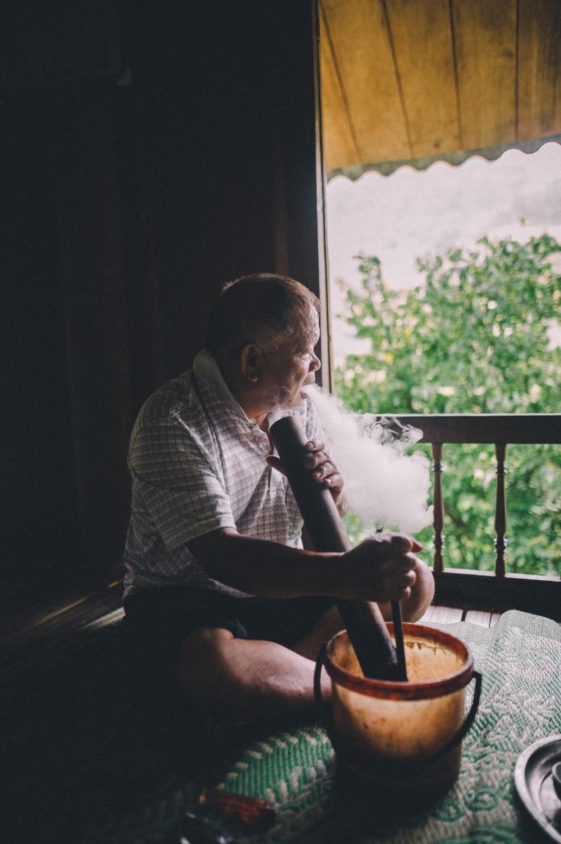 Mann raucht Pfeife