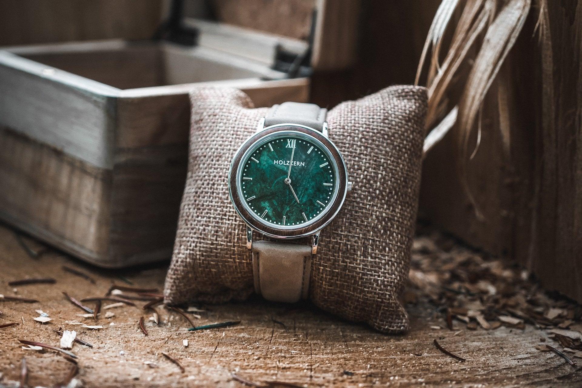 Die Uhr Stanley Park auf einem Kissen neben der Holzbox