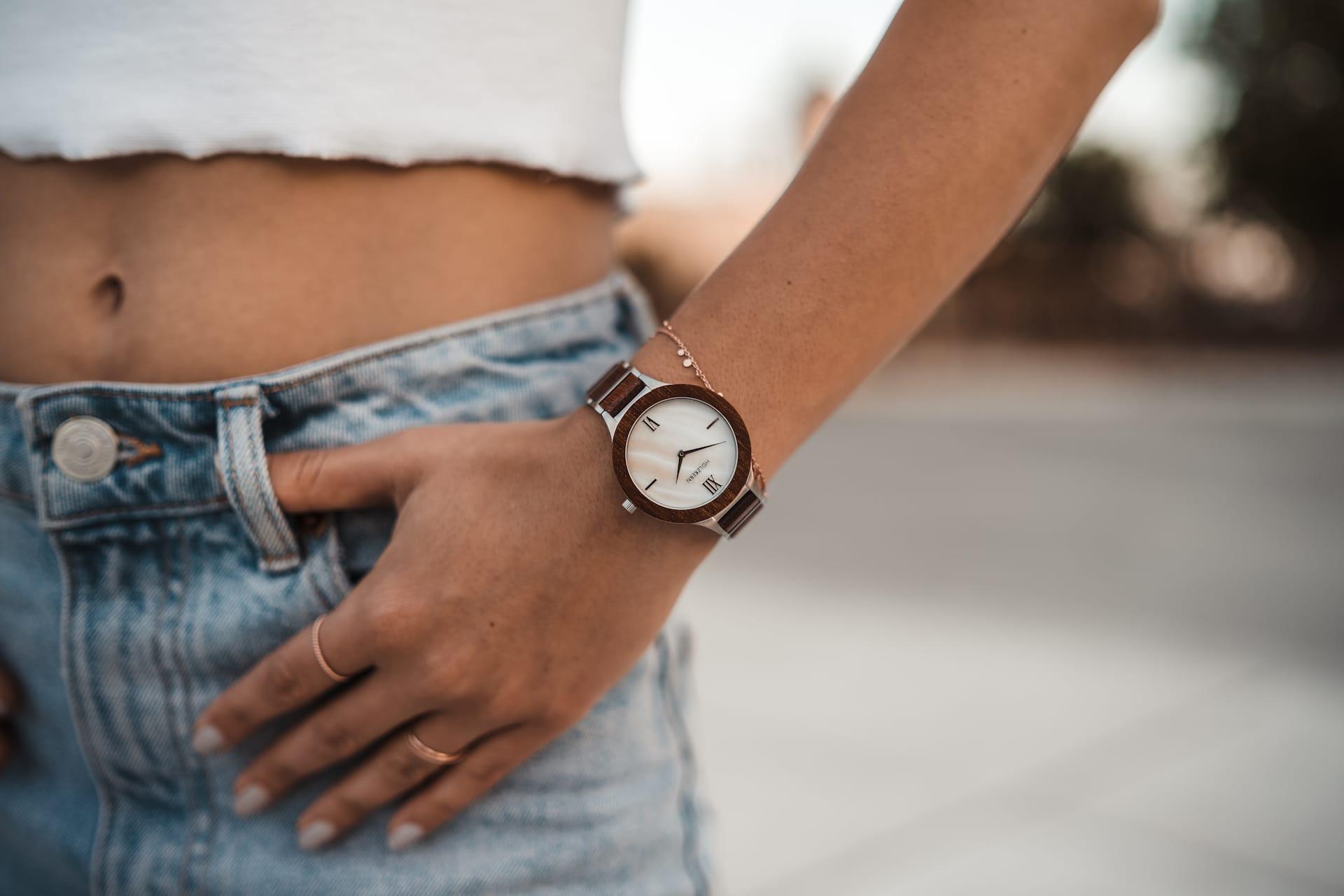 sommerliche Holzkern Uhr Modell Bali